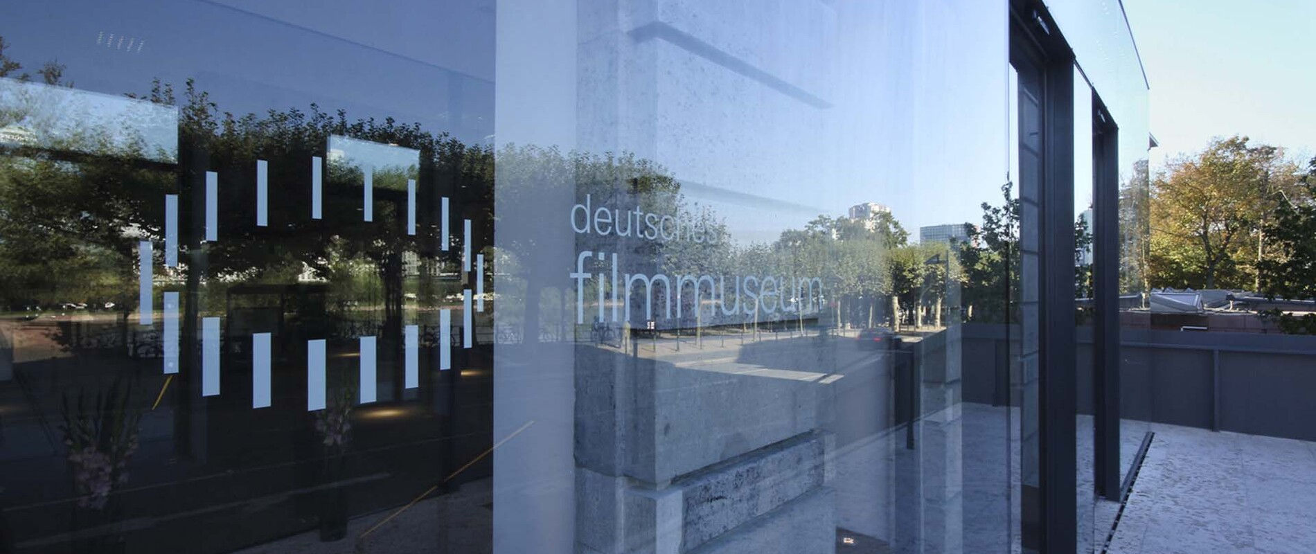 Rebuild of the film museum in Frankfurt - entrance detail glazing