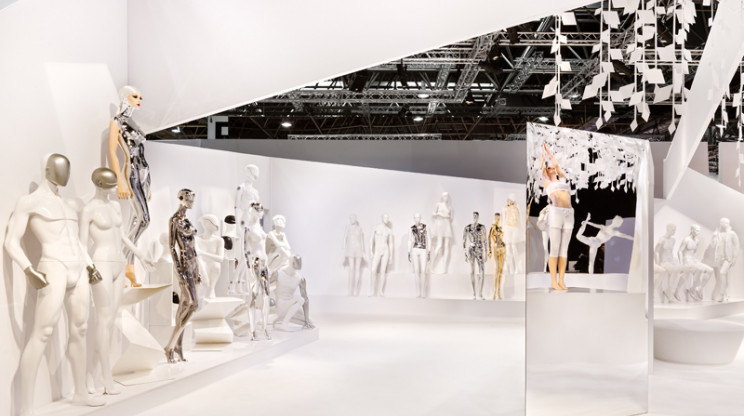 Trade fair booth at Euroshop - Genesis Euroshop Düsseldorf - stand overview from left - mannequins through mirror