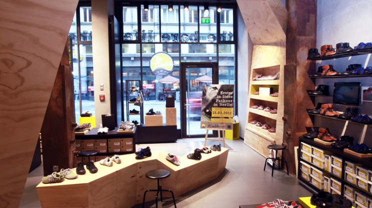 Monobrand Concept - Joe Nimble Flagship Store Berlin - wooden room creation - indoor - view to the entrance 2