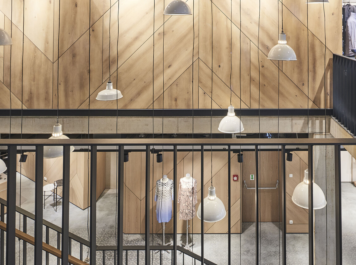 fashion store - new construction - redesign - Juhasz Bad Reichenhall - stairway - light situation - wood panel wall - hanging lamps