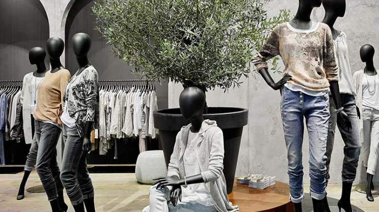 fair booth - concept and realisation - Monari Berlin - mannequin arrangement in store