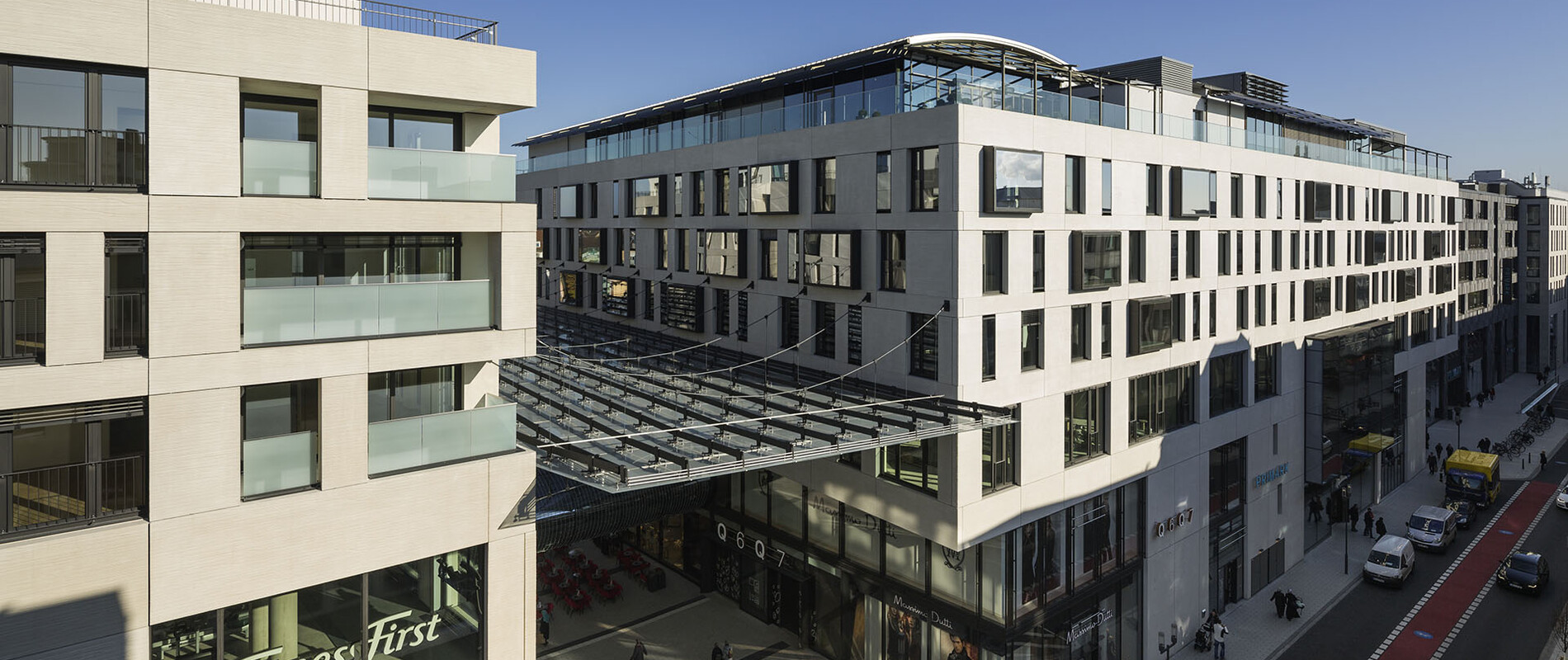 new construction - mixed used quarter - shopping gallery - restaurants - apartments - hotel - wellness and health facilities - offices - underground parking - Q6Q7 Mannheim - Q6Q7 - area overview - entrance area - birds eye perspective