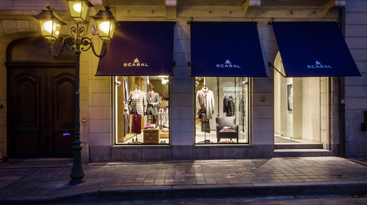 Flagship Store - luxury brand - clothing and suits - Scabal Brussels - store facade - entrance area - illuminated store windows - by night
