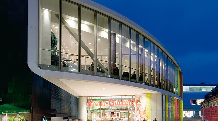 new construction - inner-city mall - competition - Stadtgalerie Heilbronn - outside facade view - entrance area - illumination by night